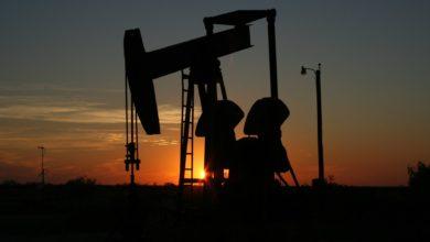 Photo of 8,45h. – ropa pokračuje vpropadu. Brent vAsii ztrácí 14% a je za 16,55 USD za barel, červnová WTI klesá na 10,8 USD